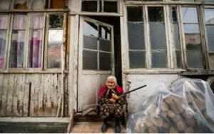 Donna anziana con fucile a Stepanakert